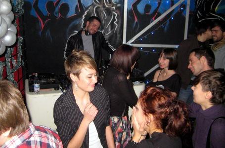Девочки танцуют